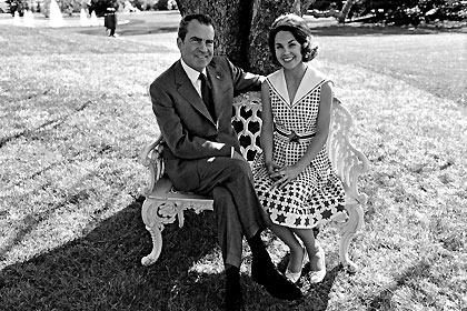 Richard Nixon e sua filha, Julie, na Casa Branca, em Washington (EUA)